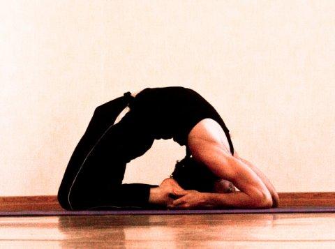 posizione yoga kapotasana