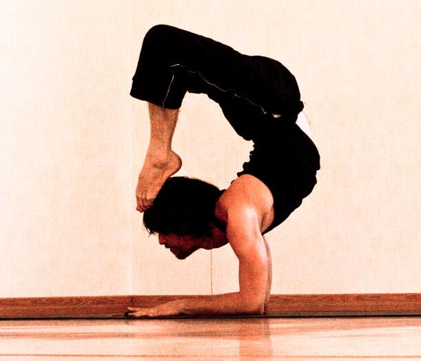 posa dello scorpione yoga