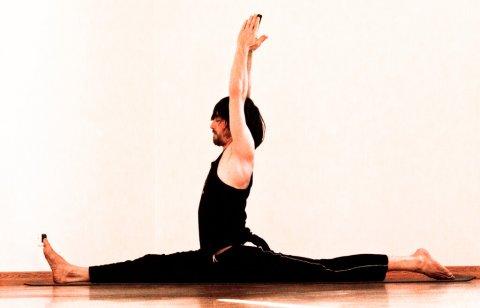 posizione yoga anumanasana